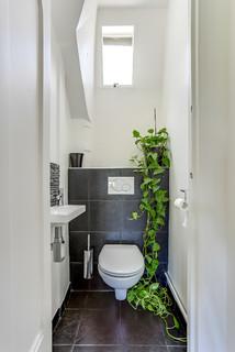 wc et toilettes avec un carrelage noir