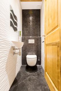 wc et toilettes avec un carrelage gris