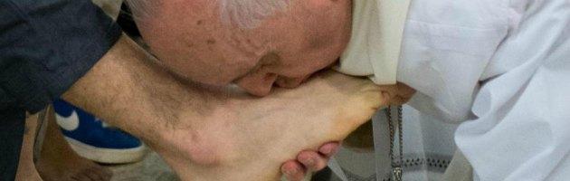 """Papa Francesco lava i piedi ai detenuti minorenni. """"Sono al vostro servizio"""""""