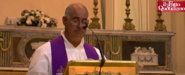 Augusta, ritirata la richiesta di dimissioni di don Palmiro Prisutto: il sacerdote che legge i nomi dei morti per inquinamento resta al suo posto