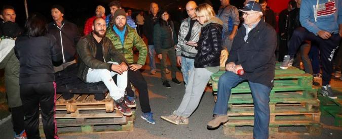 """Migranti, il caso Gorino. Prefetto Morcone: """"Abitanti si vergognino, vadano in Ungheria"""". Lega: """"Eroi nazionali"""""""