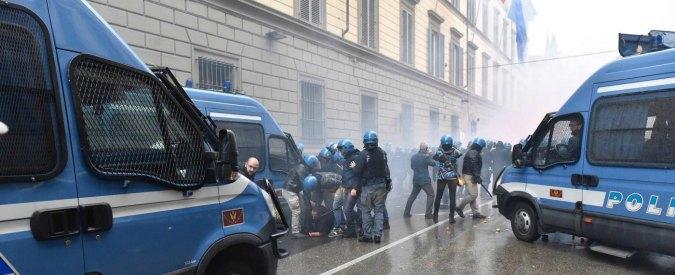 Firenze, poliziotto ferito costretto a pagare ticket in ospedale: era stato colpito negli scontri in piazza