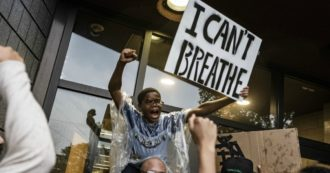 Usa, African American suffocated with one knee on the neck by the agents: protests and clashes in Minneapolis. Fbi investigates