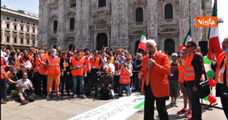 Milan, gatherings in Piazza Duomo for the manifestation of orange vests: hundreds without a mask and safety distances