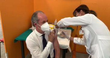 """Veneto, il presidente Luca Zaia si vaccina con Pfizer. E annuncia: """"Da lunedì apriamo alla fascia 40-49 anni"""""""