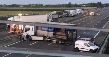 Assalto a un furgone portavalori sull'A1: chiodi sull'asfalto, spari e auto incendiate per creare il diversivo. Nessun ferito, i rapinatori in fuga