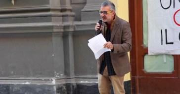 Napoli, professore universitario trasforma la lezione (all'aperto) in un comizio no vax, tra complottismo e fake news – Video