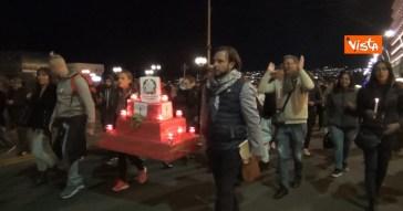"""No green pass, a Napoli va in scena il corteo funebre della democrazia. E i manifestanti urlano ai clienti di un ristorante: """"Pensate ai vostri figli"""""""