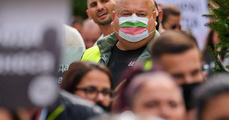 Coronavirus, il contagio vola nell'Est Europa: pochi vaccinati, salgono i morti. La Russia chiude per 9 giorni, in Bulgaria arriva il green pass