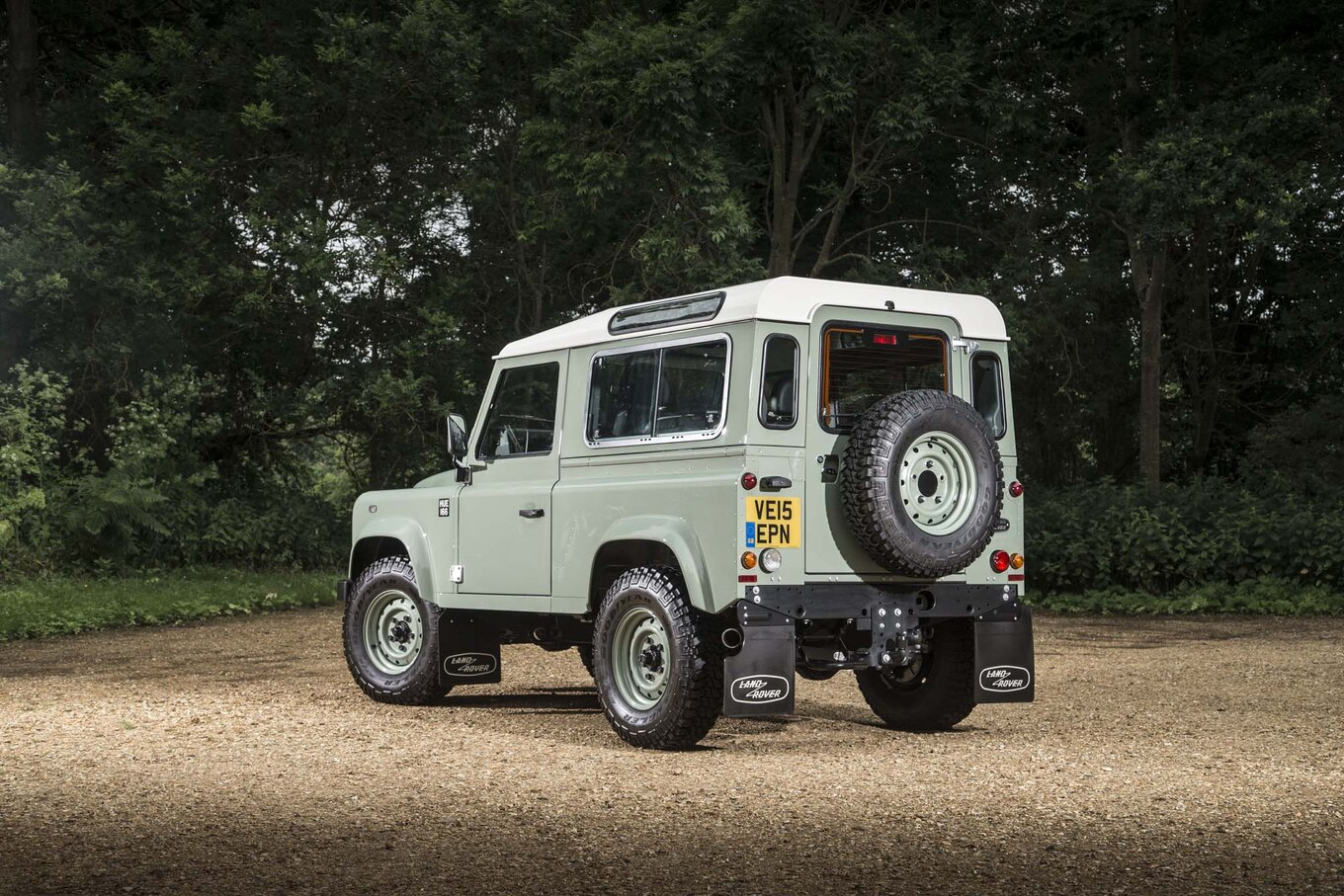 """The Next Land Rover Defender s Design will be """"Polarizing"""" Motor"""