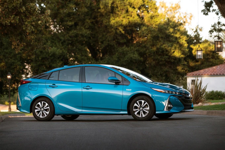 2017 Toyota Prius Prime Advanced Front Three Quarter 04