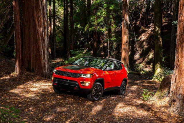 2017 Jeep Compass Trailhawk front three quarter 1