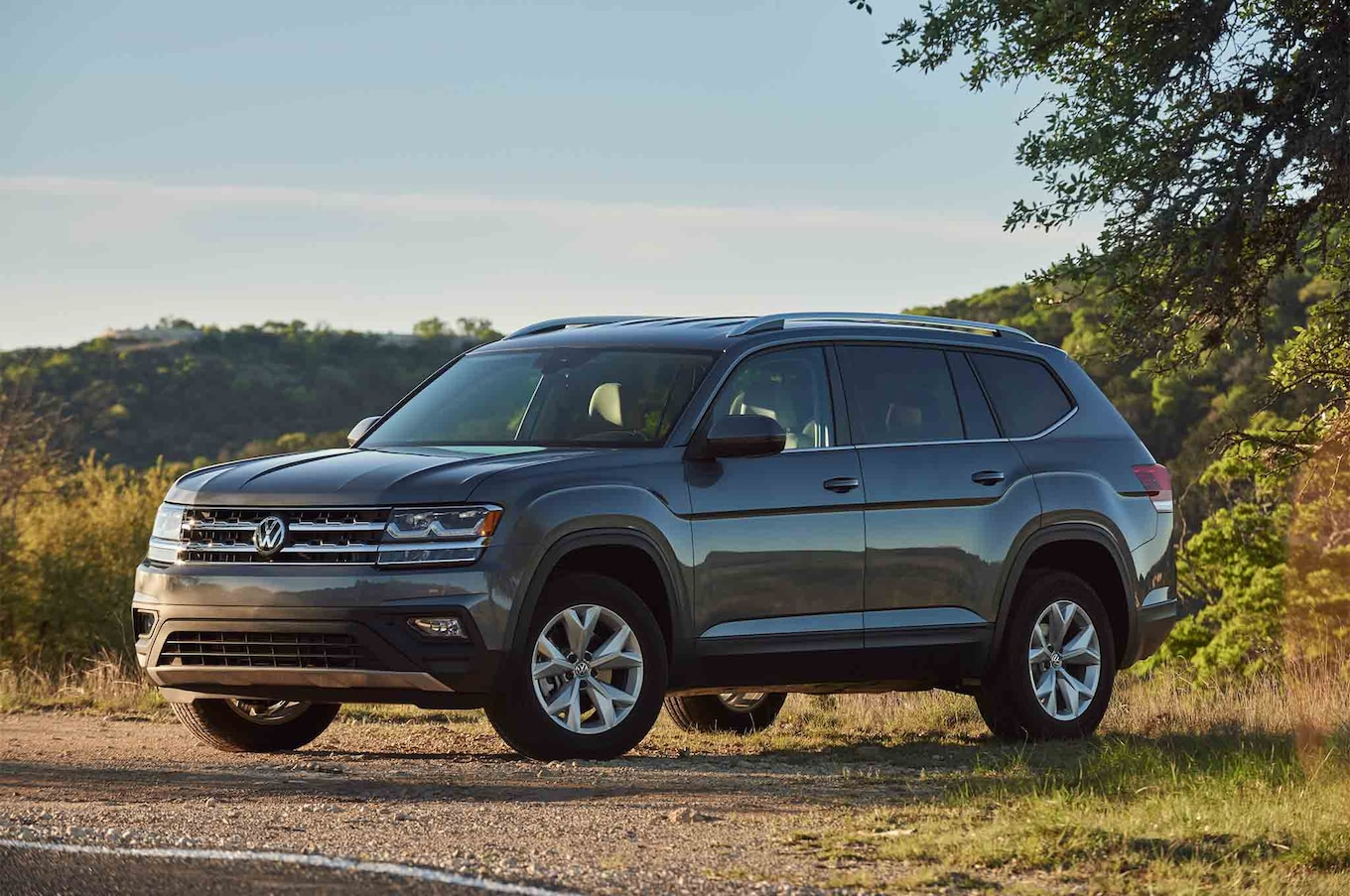 2018 Volkswagen Atlas front three quarter 03