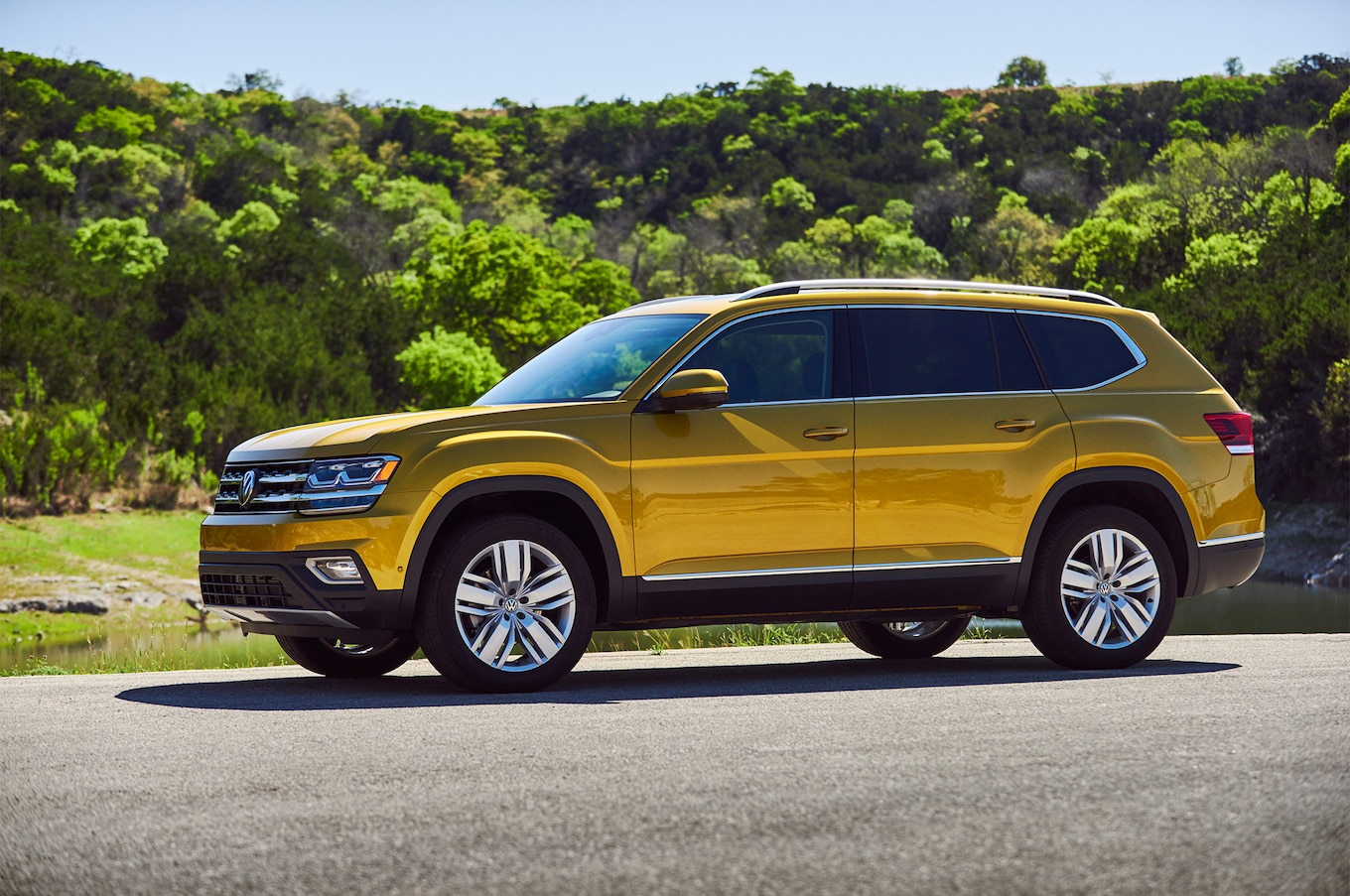 2018 Volkswagen Atlas front three quarter 08
