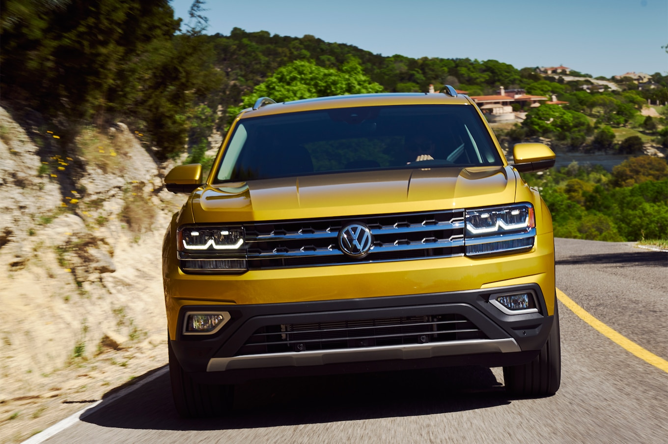 2018 Volkswagen Atlas front view in motion 01