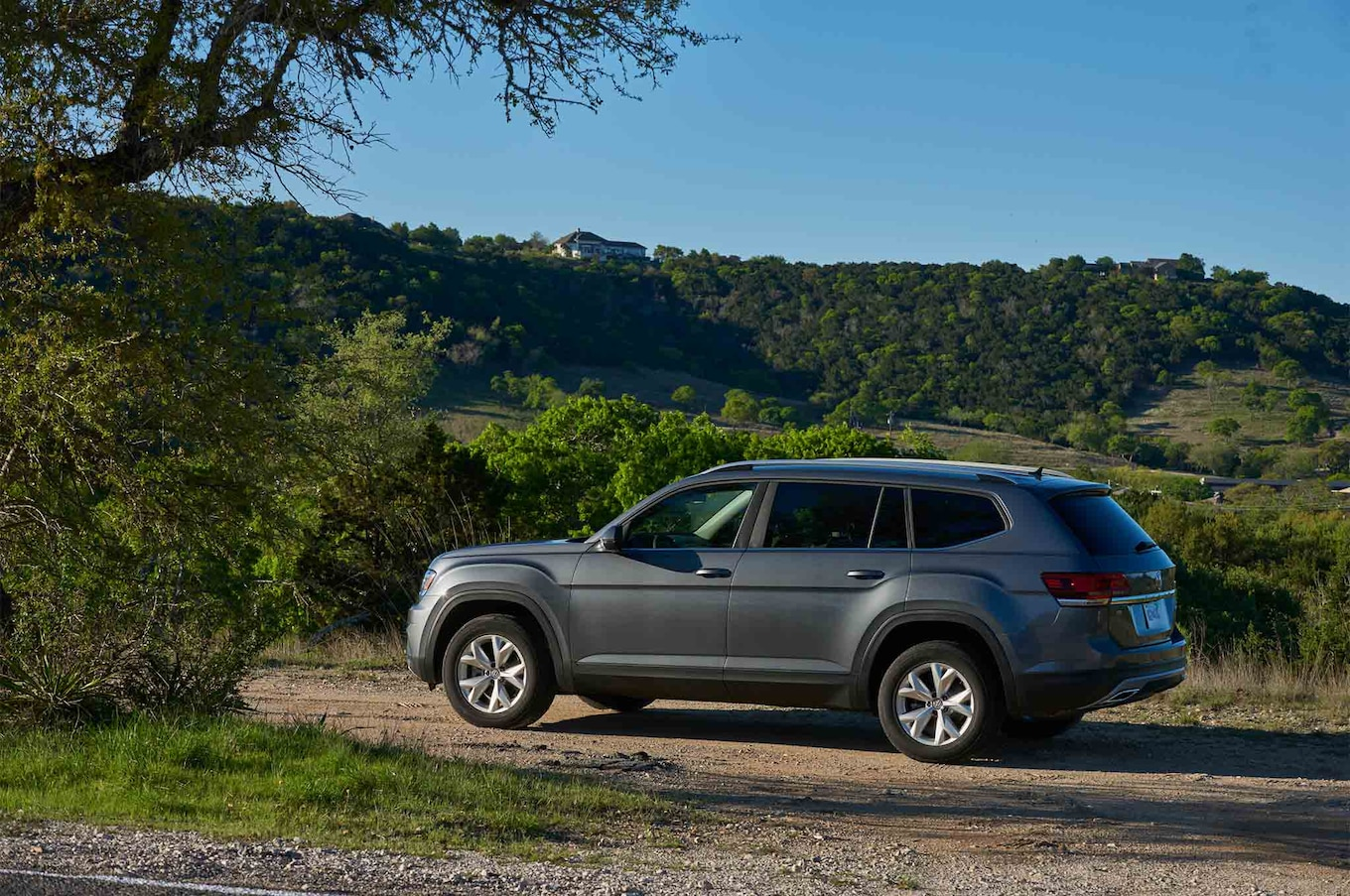 2018 Volkswagen Atlas side profile 01