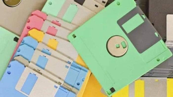 Trước khi USB ra đời và phổ biến, đạo cụ thần thánh của những con mọt máy tính chính là đĩa mềm