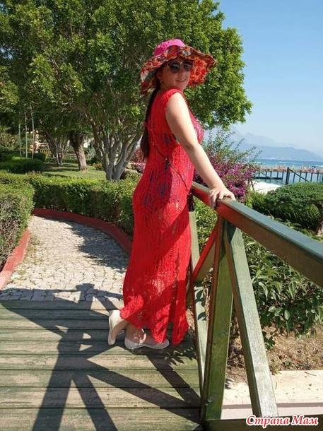 Пляжное платье узором медвежьи лапки из Ализе Дива спицами
