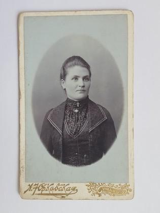 В/п молодой женщины. Фото К.Штолль г.Лебедин 1901 г ...