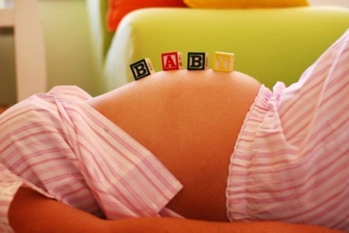 Ребенок сильно толкается в животе. Почему ребенок сильно пинается в животе