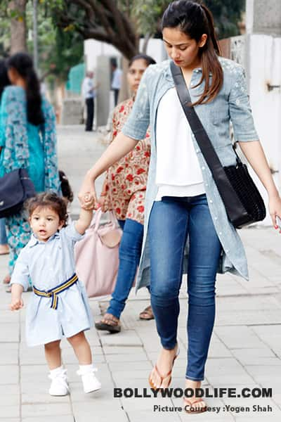 misha-kapoor-clicked-with-mommy-mira-rajput-201801-1142658