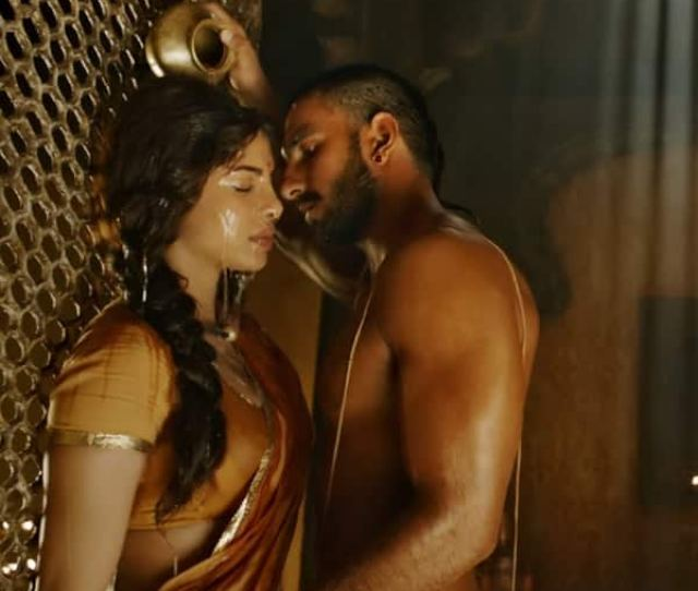 Priyanka Chopra And Ranveer Singhs Hot Scene From Bajirao Mastani