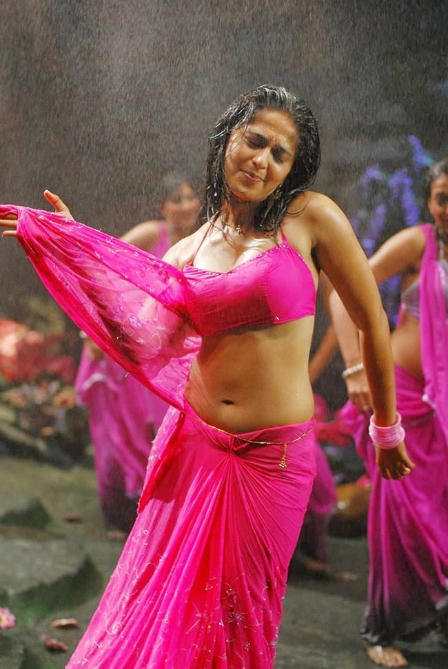 Anushka Shetty Flaunting Her Sexy Midriff In Hot Crop Top