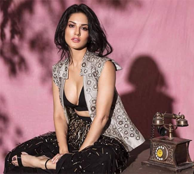 Sunny Leone showing off her cleavage
