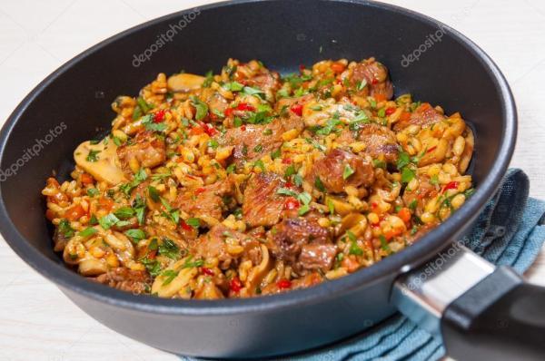 Рис с мясом, овощами и грибами в сковороде — Стоковое фото ...
