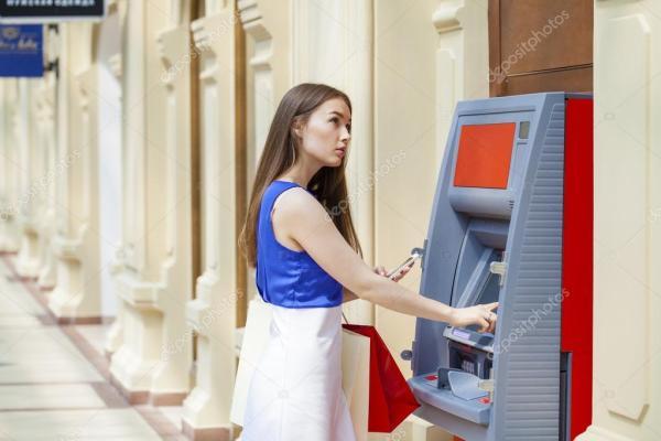 Счастливая женщина брюнетка, снятие денег с кредитной ...