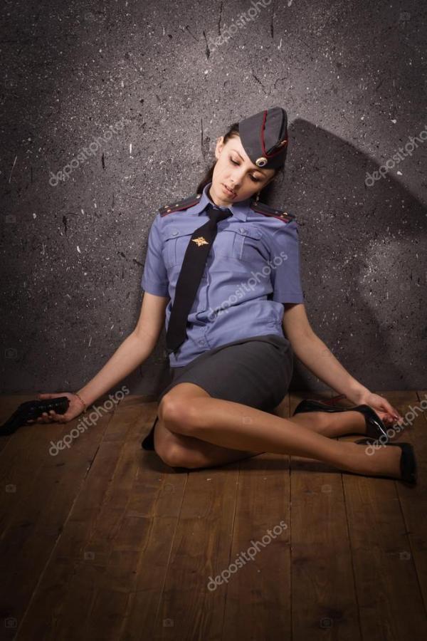 Офицер полиции женщина, лежа на полу — Стоковое фото ...