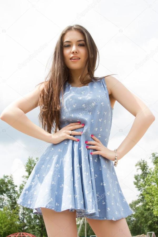 Молодая девушка в коротком платье — Стоковое фото ...