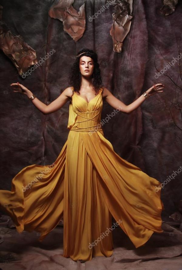 Женщина брюнетки, носящая желтый вечерний наряд — Стоковое ...