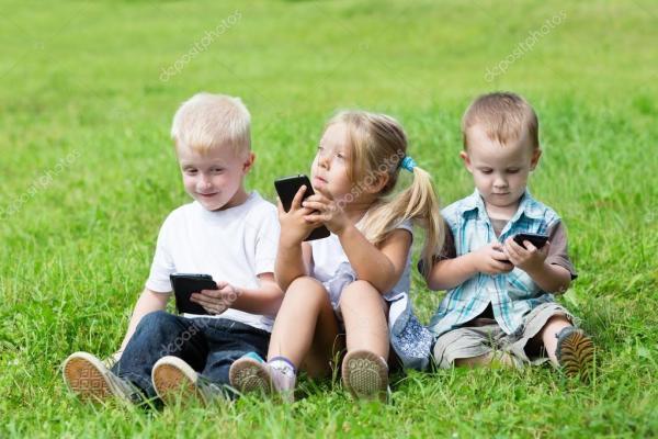 Счастливые дети, играющие по смартфонам — Стоковое фото ...