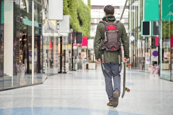 Прогулка через торговый центр — Стоковое фото © Corepics ...