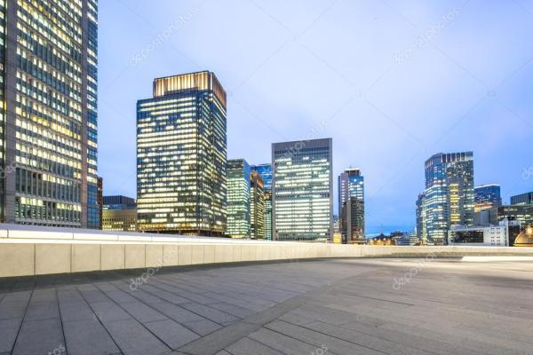 Современные офисные здания в центре города Токио ...