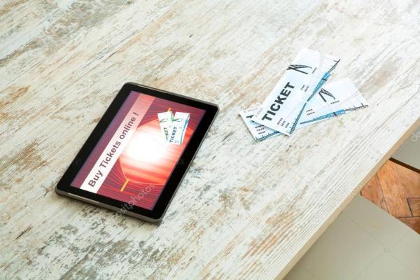 Купите билеты кино онлайн с PC таблетки — Стоковое фото ...