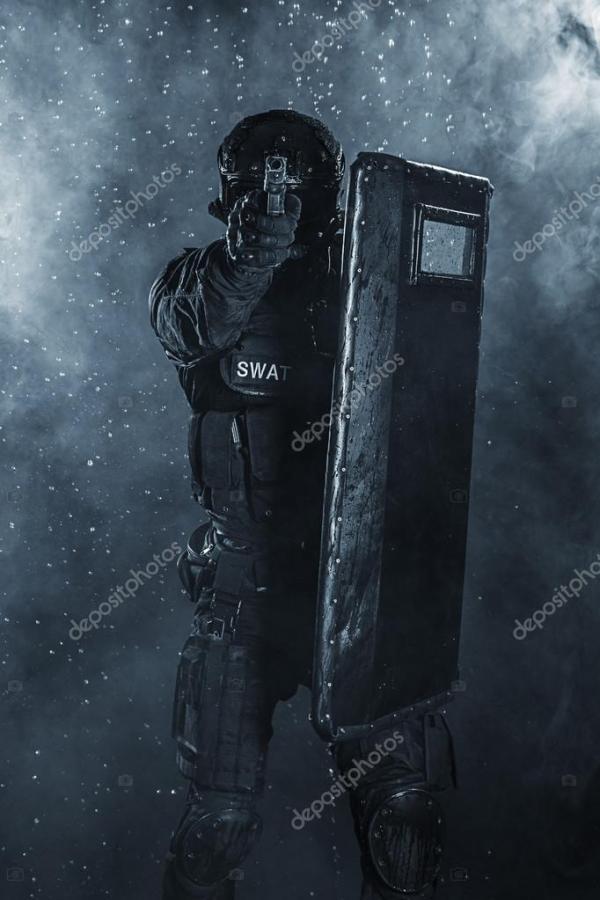 офицер полиции с баллистических щит — Стоковое фото ...
