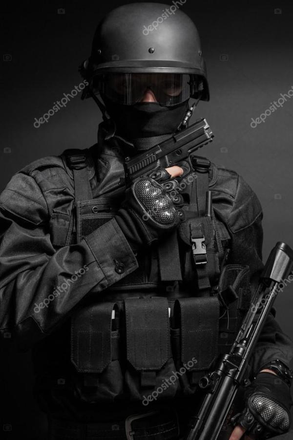 Спецназа офицер полиции с пистолетом — Стоковое фото ...