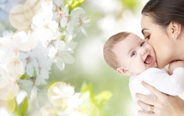 Счастливая мать целовать очаровательны младенца — Стоковое ...