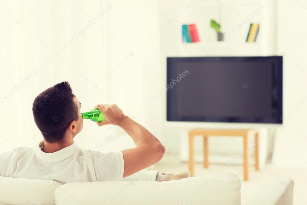 https fr depositphotos com 96229774 stock photo man watching tv and drinking html