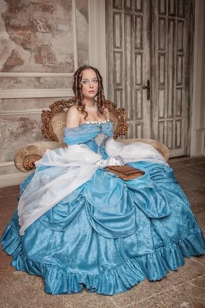 Портрет довольно молодая женщина в голубом платье ...