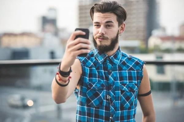 Бородатого мужчини беручи selfie в місті — Стокове фото ...