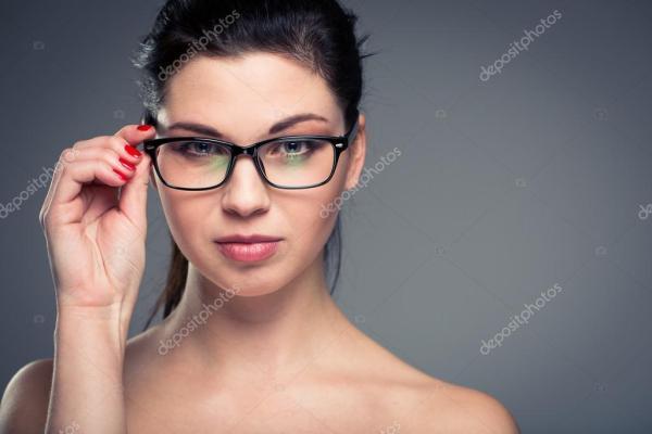Портрет улыбаясь красивая, молодая женщина в очках ...