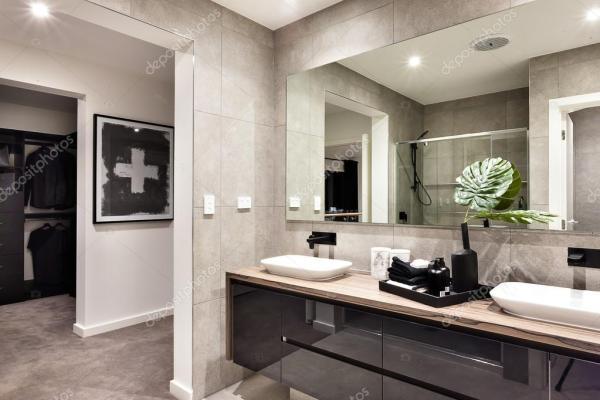 Крупным планом современная ванная комната с зеркалом и ...