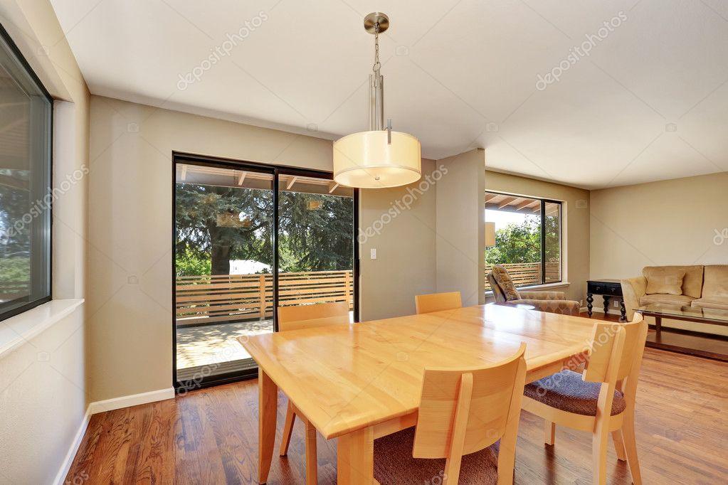 salle a manger avec table erable et sortie sur la terrasse photo