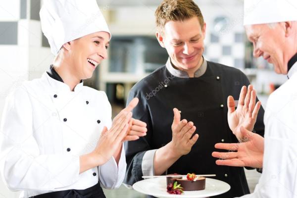 Команда шеф-повар в ресторан кухня с десерт — Стоковое ...