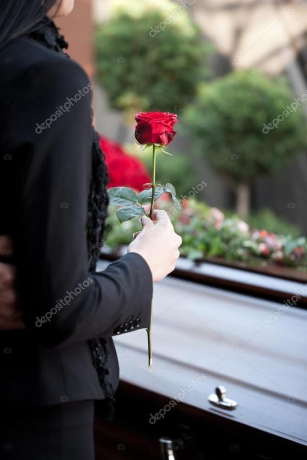 Женщина на похоронах с гроб — Стоковое фото © Kzenon #79652922