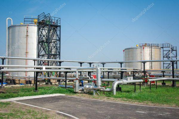 Газовый бак на заводе по переработке нефти — Стоковое фото ...