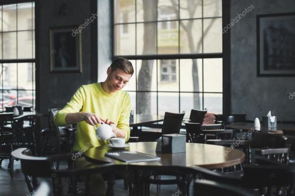 Веселый человек в кафе — Стоковое фото © yuryRumovsky ...